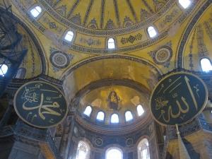イスタンブール:アヤソフィアにみるキリスト教とイスラームの共存。ドームに描かれた聖母子像をムハンマドと神(アッラー)の名が記された円板が囲む(2014年3月22日)