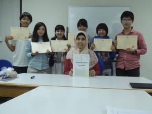 ラワン先生と修了証を手にした参加生たち