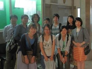 ブルギバスクールで修了証書を授与された参加生たち、小屋主任、岩崎(2014.8.10.)